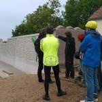 Ines Franz zeigt uns die neue Flutschutzmauer hinter ihrem Hof