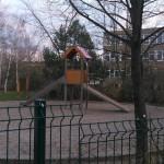 Blick vom Spielplatz zur ehemaligen Schule