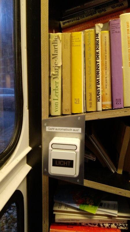 Lichtschalter in der Bücherzelle